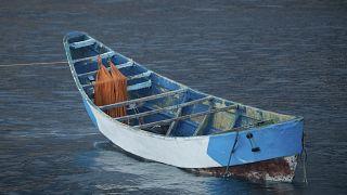 قارب خشبي يحمل جثث مهاجرين في ميناء لوس كريستيانوس جنوب تينيريفي بجزيرة الكناري، إسبانيا