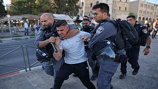 الشرطة الإسرائيلية تقمع فلسطينيين تظاهروا عند باب العامود بالقدس الشرقية احتجاجاً على مسيرة لمتطرفين يهود تلفظوا بعبارات عنصرية بحق الفلسطينيين