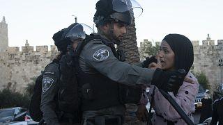 ضابط أمن إسرائيلي يواجه فلسطينية أمام بوابة دمشق في الحي القديم