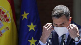 Madrid, 18 maggio: il premier spagnolo Pedro Sanchez si rimette la mascherina dopo aver parlato a Palazzo Moncloa