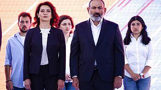 Yerevan, 17 giugno: il premier uscente Nikol Pashinyan con la moglie Anna Hakobyan attendono di iniziare un comizio