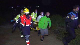 انتقال جسد یکی از پناهجویانی که بر اثر غرق شدن قایق جان باخته است