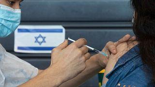 İsrail'in Tel Aviv kentinde Covid-19 aşısı olan bir kadın