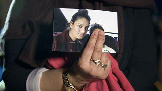 رينو، شقيقة بيغوم الكبرى تحمل صورتها قبل إحدى الجلسات