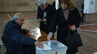 Uma eleitora deposita o voto nas eleições arménias de 2018