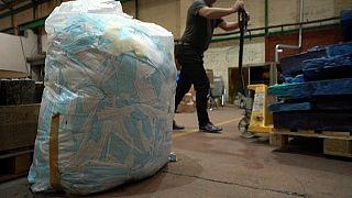 Miles de mascarillas almacenadas para su reciclaje