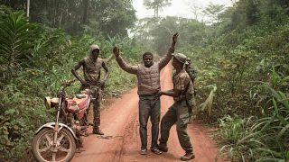 حراس مسلحون يفتشون شابا سائق تاكسي دراجة في بيانغا بجمهورية إفريقيا الوسطى. 14/03/2020