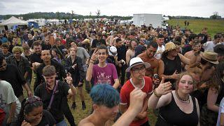 فرنسيون شاركوا في الحفل الموسيقي غير القانوني في حقول رودون شمال غرب فرنسا. 19/06/2021