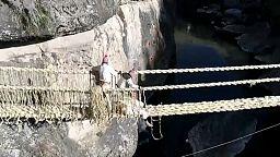 Soga a soga, la impresionante renovación del último puente inca en Perú