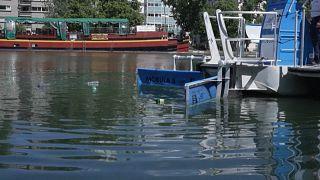 Paris : une ONG présente un bateau de dépollution plastique