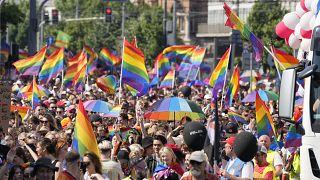 Plusieurs milliers de personnes ont participé à la Gay Pride à Varsovie, en Pologne.