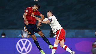 Rodri y el polaco Robert Lewandowski pelean por el balón