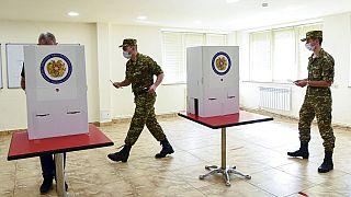 Solaten bei der Stimmabgabe an diesem Sonntag in der Hauptstadt Eriwan
