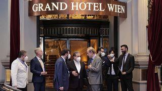 """عدد من المسؤولين الإيرانيين والأوروبيين أمام """"غراند هوتيل فيينا"""" حيث تجرى المحادثات بشأن الملف النووي الإيراني. 02/06/2021"""