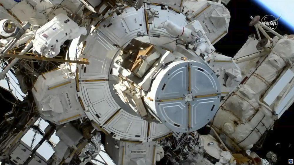 Astronot ISS melakukan perjalanan luar angkasa kedua untuk memasang panel surya yang kuat