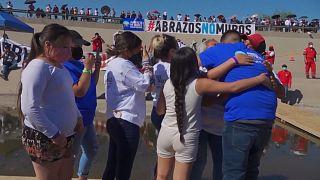 """""""Hugs not Walls"""": Familien kommen an der US-mexikanischen Grenze zusammen"""
