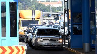 Járművek a Horvátország és Szlovénia közötti Bregana határállomáson