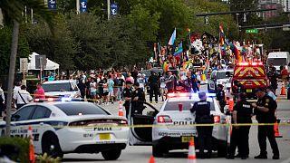 ماموران پلیس و امداد در صحنه تصادف رژه همجنسگرایان در ویلتون مانورس/فلوریدا