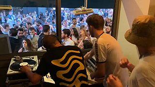 Les minis concerts dans les bars sont finalement autorisés, à condition d'être assis.