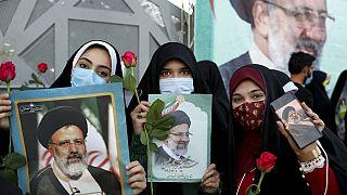Frauen mit Fotos von Wahlsieger Ebrahim Raisi in Iran