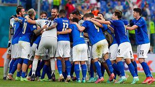 شادی بازیکنان ایتالیا پس از پیروزی مقابل ولز
