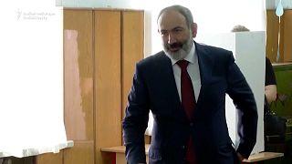 El primer ministro armenio, Nikol Pashinián, vota en las elecciones legislativas