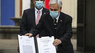 El presidente Sebastián Piñera muestra el documento que convoca la Asamblea Constituyente