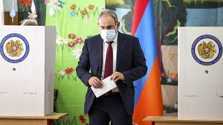 رئيس وزراء أرمينيا نيكول باشينيان قبل الإدلاء بصوته الأحد