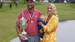 Jon Rahm exhibe el trofeo del Abierto de Estados Unidos de golf junto a su esposa Kelley y a su hijo Kepa