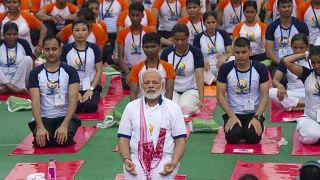 رئيس الوزراء الهندي نارندرا مودي يمارس اليوغا صحبة آلاف الهنود في لكناو. 2017/06/21
