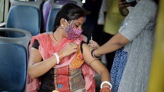 Az új koronavírus ellen oltanak Kolkátában egy buszban