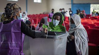 نساء إثيوبيات يدلين بأصواتهن