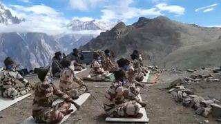 Jógázó katonák a Himalájában