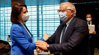 دیدار جوزپ بورل، مسئول سیاست خارجی اتحادیه اروپا و سوتلانا تیخانوفسکایا، رهبر تبعیدی مخالفان دولت بلاروس در حاشیه نشست وزرای خارجه اعضای اتحادیه اروپا