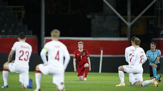 Leuven, Belgio, 18 novembre 2020: i giocatori di Belgio e Danimarca si inginocchiano prima di un match al King Power Stadium