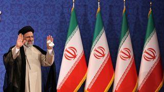 İran'da cumhurbaşkanlığı seçimlerini kazanarak ülkenin 8'inci Cumhurbaşkanı seçilen İbrahim Reisi, Tahran'daki Şehit Beheşti Konferans Salonu'nda basın toplantısı düzenledi