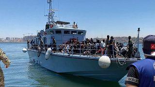 أكثر من 270 مهاجرا غير شرعي أعيدوا لى ميناء طرابلس في ليبيا، 15 حزيران/يونيو 2021