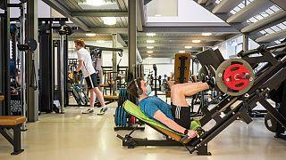 Um homem exercita-se de máscara num ginásio de Saarbruecken, Alemanha