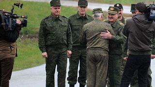 رئيس بيلاروسيا ألكسندر لوكاشينكو يرحب بالمسؤولين العسكريين لدى وصوله لتفقد التدريبات العسكرية الروسية البيلاروسية، بلدة بوريسوف، 20 سبتمبر 2017