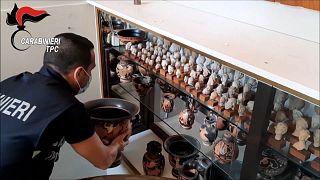 Parte de la colección arqueológica recuperada por los carabineros