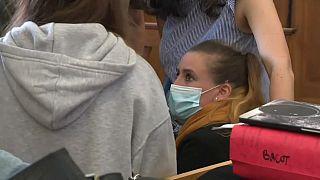 Per anni vittima del marito ed ex compagno della madre, Valérie Bacot siede oggi sul banco degli imputati