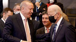 الرئيس الأمريكي جو بايدن يتحدث مع الرئيس التركي رجب طيب إردوغان قبل الجلسة العامة لقمة الناتو في مقر منظمة حلف شمال الأطلسي(الناتو) في بروكسل، بلجيكا، 14 يونيو 2021