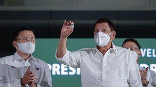 الرئيس الفلبيني رودريغو دوتيرتي وهو يحمل قنينة لقاح أسترازينيكا ضد كوفيد-19، مانيلا، الفلبين، 4 مارس 2021