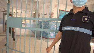 رجل أمن يفتح بابا في سجن البليدة. 2021/05/18