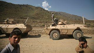 تصویری آرشیوی از حضور کودکان در کنار نیروهای نظامی در افغانستان