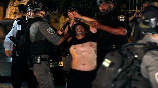 القوات الإسرائيلية تعتقل فلسطينياً خلال مواجهات مع مستوطنين في حي الشيخ جراح بالقدس الشرقية