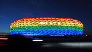ملعب ميونخ مضاء بألوان قوس قزح يوم احتفال المثليين السنوي. 2016/07/09