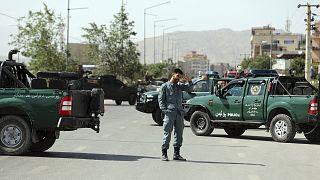 Bombalı saldırı yapılan bir noktada inceleme yapan Afgan güvenlik güçleri