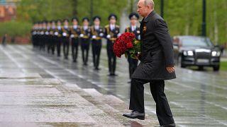 الرئيس الروسي فلاديمير بوتين في مراسم ذكرى قبر الجندي المجهول في موسكو، روسيا.