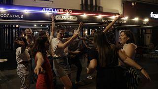 جوانان فرانسوی سرخوش در جشن موسیقی محدودیتها را نادیده گرفتند